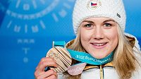 Karolína Erbanová pózuje s bronzovou olympijskou medailí.