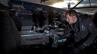Nico Rosberg v kokpitu vozu Mercedes při testech formule 1 ve španělském Jerezu.
