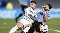 Lionel Messi (vlevo) v souboji s Matiasem Vinou z Uruguaye.