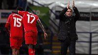 Trenér Liverpoolu Brendan Rodgers děkuje fanouškům za podporu po vítězwtví v Boltonu. Vlevo se radují útočník Daniel Sturridge a obránce Mamadou Sakho.