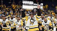 Stanley Cup ovládli hokejisté Pittsburghu Penguins. Cennou trofej vybojovali po výhře 2:0 na ledě Nashvillu Predators a náramně si to užívali. Trofej drží nad hlavou kapitán Tučňáků Sidney Crosby (87).