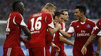 Fotbalisté Hamburku se radují z gólu do sítě Schalke 04.