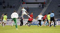 Alžírský fotbalista Islam Slimani (s číslem 13) během kvalifikačního utkání o postup na Africký pohár národů brutálně skopl Mohameda El Mughrabiho z Libye.