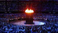 Olympijský oheň zapálen. Hry právě začaly.