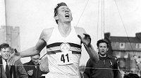 Roger Bannister na legendární fotografii z cíle svého úspěšného pokusu.