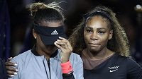 Serena Williamsová uklidňuje Naomi Ósakaovou.