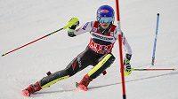 Mikaela Shiffrin na trati slalomu Světového poháru ve francouzském Courchevelu.