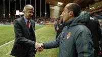 Trenér Arsenalu Arséne Wenger (vlevo) si podává ruku se svým protějškem z Monaka Leonardem Jardim.