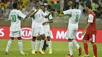 Fotbalisté Nigérie se radují ze vstřelení gólu (ilustrační foto).