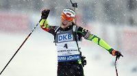 Darja Domračevová z Běloruska oslavuje vítězství ve stíhacím závodu v rámci Světového poháru v biatlonu ve Vysočina Areně v Novém Městě na Moravě.