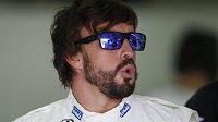 Fernando Alonso v garáži stáje McLaren na okruhu v Sepangu.