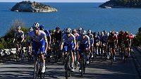 Cyklisté na trati Gira d'Italia. Slavný závod trápí pandemie koronaviru.