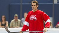 Roger Federer při hokejbalové exhibici v Torontu.