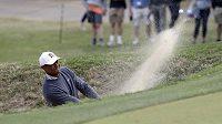 Tiger Woods v akci při turnaji Match Play ve hře na jamky na hřišti v Austinu.