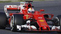 Sebastian Vettel se svým ferrari zatím nahání konkurenci hrůzu...