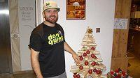 Jan Hudec u vánočního stromku.