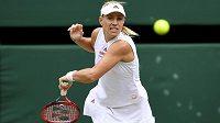 Německá tenistka Angelique Kerberová v akci během semifinále dvouhry ve Wimbledonu.