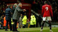 Kde je problém? jako kdyby se ptal trenér Manchesteru United José Mourinho (vlevo) svého svěřence Romela Lukakua. Belgický útočník se momentálně trápí v koncovce.