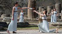 V řecké Olympii byl slavnostně zapálen olympijský oheň po hry v Tokiu, které by měly začít 24. července. Ceremoniál byl kvůli koronaviru bez diváků.