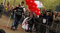 Claire Lomas překonává cílovou pásku londýnského maratónu.