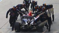 Mechanici Red Bullu táhnou Daniela Ricciarda zpět do boxů během Velké ceny Malajsie.