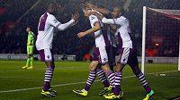 Libor Kozák (druhý zleva) slaví se svými spoluhráči z Aston Villy gól proti Southamptonu.