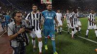 Carlo Pinsoglio (16) po zápase s AS Řím. Po jeho boku je Sami Khedira.