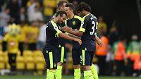 Fotbalisté Arsenalu se radují z gólu.