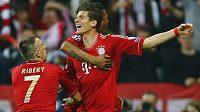 Mario Gomez (uprostřed) z Bayernu slaví se spoluhráčem Franckem Ribérym (vlevo) a Davidem Alabou gól proti Barceloně.