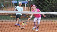 Sportování dětí, tenisový trénink - ilustrační foto