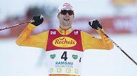 Německý sdruženář Vincenz Geiger porazil i ve druhém závodu v Ramsau ve spurtu lídra Světového poháru Jarla Magnuse Riibera z Norska.
