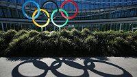 Mezinárodní olympijský výbor (MOV) na japonskou žádost odstranil ze svého webu zmínku o premiérovi Šinzovi Abem v souvislosti s ekonomickými dopady přeložení olympijských her v Tokiu na příští rok. Kvůli koronavirové pandemii se na posunutí termínu sportovního svátku před měsícem shodly MOV a japonská vláda, nicméně výše dodatečných nákladů a to, kdo je zaplatí, ještě nebyly oznámeny.