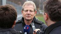 Nový trenér fotbalistů Baníku Vlastimil Petržela hovoří s novináři na tréninku mužstva.