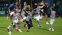 Fotbalistě West Bromwiche se radují z postupu do Premier League.