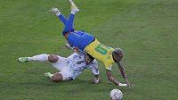 Souboj Brazilce Neymara a Argentince Leandra Paredese během finále Copa América.