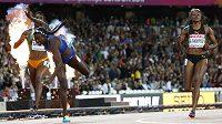 Tori Bowie z USA padá v závěru sprinterské stovky do cíle pro světové zlato. Vpravo olympijská vítězka Elaine Thompsonová z Jamajky,která v Londýně na medaili nedosáhla.