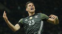 Mario Gomez oslavuje druhý gól Německa v přátelském duelu proti Anglii.