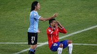 Gonzalo Jara (vpravo) rozhodně není vzorným fotbalistou. Nálepky simulanta a kontroverzního hráče se už zřejmě nezbaví.