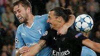 Hvězda PSG Zlatan Ibrahimovic (vpravo) v souboji s Karim Arnasonem z Malmö.