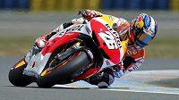 Motocyklový závodník Dani Pedrosa startující v třídě MotoGP během druhého tréninku na VC Francie.