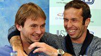 Daviscupoví reprezentanti Ivo Minář (vlevo) a Radek Štěpánek hýřili na tiskové konferenci v Brně před odletem týmu na čtvrtfinále do Kazachstánu dobrou náladou.