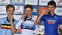 Zleva druhý Ilan van Wilder z Belgie, jeho vítězný krajan Remco Evenepoel a třetí Antonio Tiberi z Itálie.