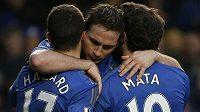 Frank Lampard (uprostřed) slaví svůj gól s Edenem Hazardem a Juanem Matou.