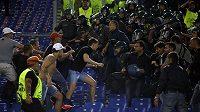 Neukáznění fanoušci CSKA v duelu Ligy mistrů na hřišti AS Řím.
