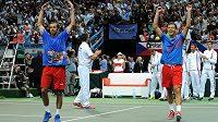 Čeští tenisté Radek Štěpánek (vpravo) a Tomáš Berdych oslavujín postup do finále Davis Cupu.