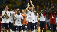 Fotbalisté Francie slaví vítězství nad Švýcarskem. Zleva obránce Laurent Koscielny (č. 21), Patrice Evra (č. 3) a útočník Olivier Giroud (č. 9).