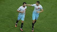 Turečtí fotbalisté Burak Yilmaz (vpravo) a Volkan Sen oslavují gól proti České republice.