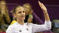 Česká tenistka Karolína Plíšková zdaví fanoušky po postupu do finále na turnaji v Dauhá.