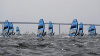 Jachtaři třídy RS:X během olympijské rozjížďky.