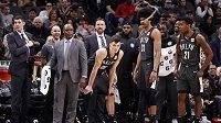 Lavička týmu Brooklyn Nets pozoruje invazi netopýrů.